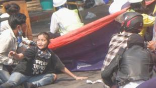 缅甸民众反对军方军事政变中遇难的19岁华裔女孩邓家希资料图片