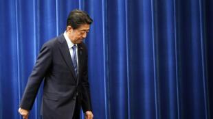 El primer ministro japonés, Shinzo Abe, al salir de la rueda de prensa el 28 de agosto de 2020 en Tokio, Japón