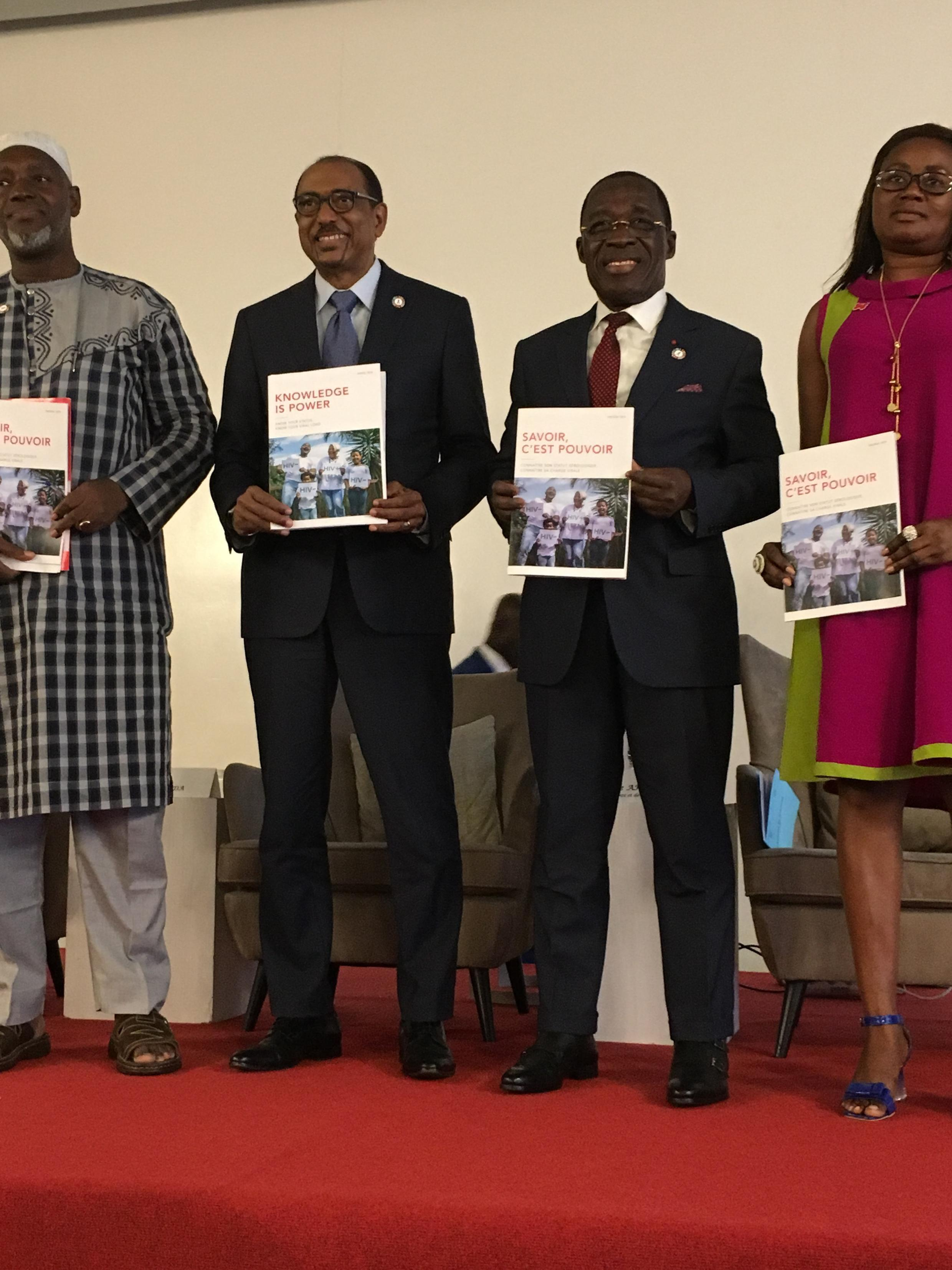 Michel Sidibé (deuxième en partant de la gauche) lors de la présentation du rapport annuel de l'Onusida, à Abidjan le 22 novembre.