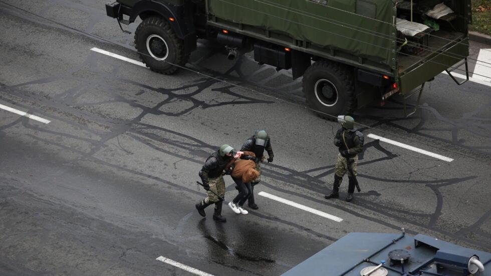 11月15日一名明斯克示威者被警方带走