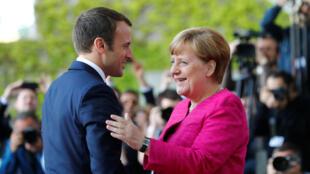 Emmanuel Macron a été chaleureusement accueilli par Angela Merkel à la chancellerie, le lundi 15 mai 2017.