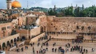 حرم قدس شریف که از جمله در بر گیرندۀ مسجدالاقصی است و یهودیان آنرا «کوه معبد» می نامند