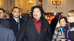 Foto de archivo. Muamar Kadafi en el hotel Ritz de París.