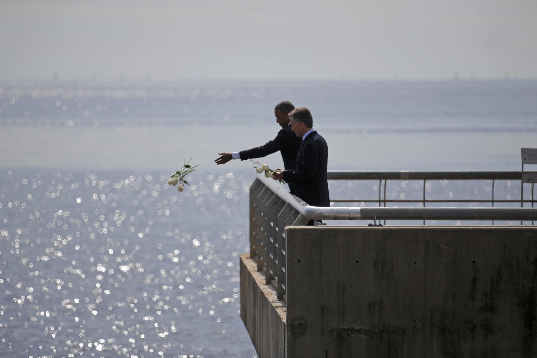 Tổng thống Mỹ Barack Obama thả hoa trên sông để tưởng niệm các nạn nhân chế độ độc tài Achentina trước đây.