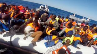 Африканские мигранты переправлялись через Средиземное море на надувных плотах