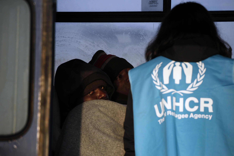 Nhân viên UNHCR kiểm tra tình trạng những người nhập cư vớt được trên biển để đưa sang đảo Lesbos (Hy Lạp)