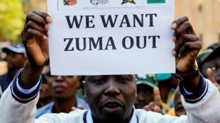 Militante do partido ANC, de Jacob Zuma, pede a saída do presidente sul-africano.