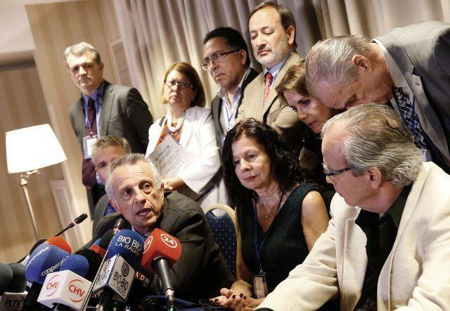 O médico espanhol Aurelio Luna Maldonado (centro) durante coletiva de imprensa em Santiago (20).