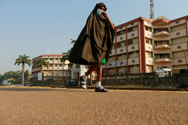 Le Nigeria veut produire localement des doses de vaccin. 尼日利亞有意本土生產抗Covid-19病毒疫苗 Image d'archive RFI: Une écolière nigériane portant le masque, à Abuja, le 18 janvier 2021.