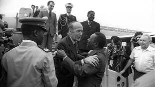 French President Valéry Giscard d'Estaing warmly welcomed by his Central African counterpart, Jean Bedel Bokassa, at his arrival in Bangui, 5 March 1975.