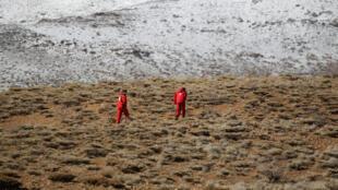 Des secours, lors de la recherche de la carlingue de l'avion qui s'est écrasé dans une région montagneuse de l'Iran, le 19 février 2018.