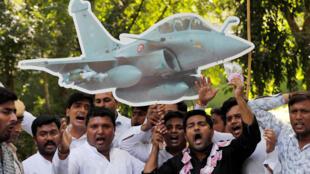 Những người ủng hộ đảng đối lập Quốc Đại biểu tình đòi thủ tướng Modi và bộ trưởng Quốc Phòng Sitharaman từ chức với cáo buộc tham nhũng trong thương vụ Rafale. Ảnh chụp ngày 28/09/2018.