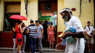 Người dân Cuba và du khách trước một cửa hàng ăn tư nhân tại thủ đô La Habana. (Ảnh chụp ngày 01/08/2017)