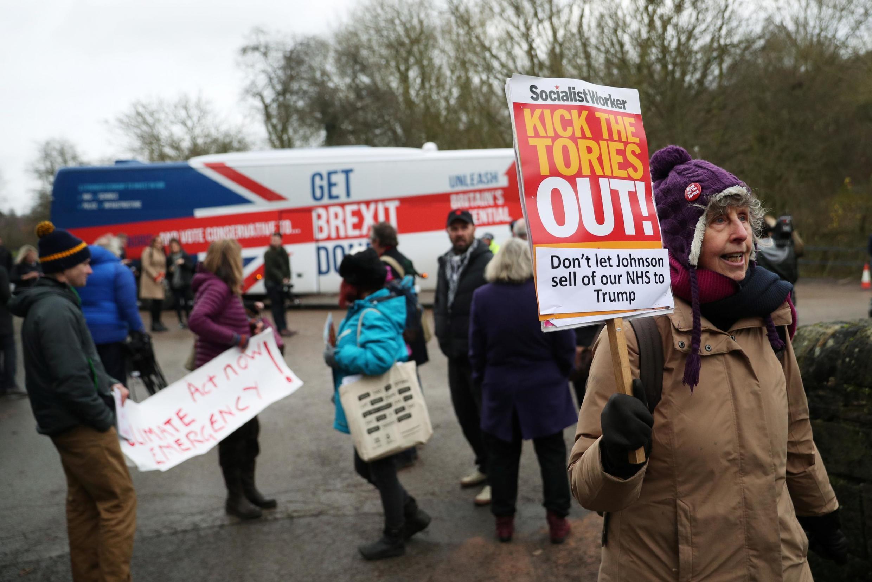 Manifestation contre le parti conservateur devant le bus du Premier ministre en campagne Boris Johnson, le 5 décembre 2019.
