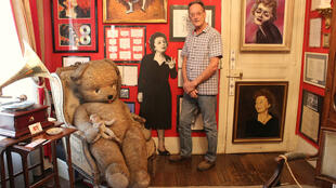 Bernard Marchois dans son musée-appartement entièrement dédié à Edith Piaf.