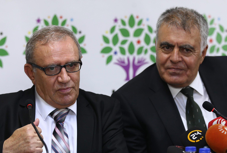 Le ministre des Relations avec l'Union européenne Ali Haydar Konca (à gauche) et le ministre du Développement Muslum Dogan expliquent leur démission du gouvernement lors d'une conférence de presse.