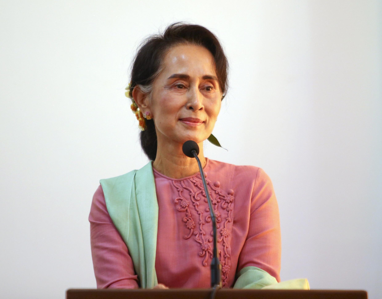 Ảnh minh họa : Bà  Aung San Suu Kyi, trong buổi họp báo chung với ngoại trưởng Trung Quốc, Vương Nghị. Naypyitaw ngày 05/04/2016.