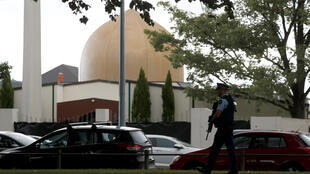 Policial patrulha a mesquita Masjid al-Noor, no dia seguinte ao ataque que deixou 49 mortos em Christchurch.