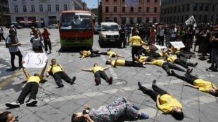 Estudiantes en el piso durante una protesta en Valparaíso, diciembre de 2011.