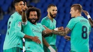 Karim Benzema (Real Madrid) et ses coéquipiers après un but contre Real Sociedad, le 21 juin 2020. Le Real Madrid ravit la tête du classement au Barça.