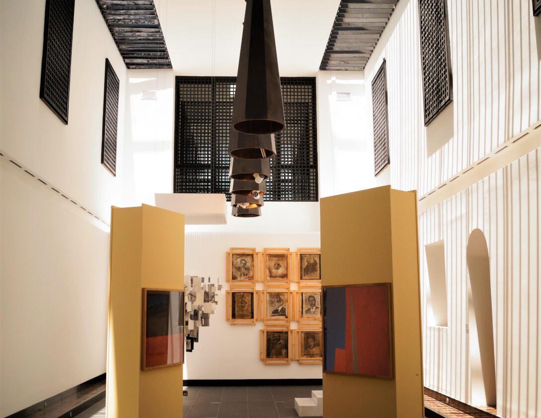 La salle des expositions temporaires du Musée d'art contemporain africain Al Maaden, Marrakech, Maroc.