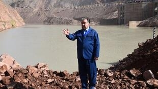 Le président tadjik Emomali Rahmon, sur le site de construction du barrage de Rogoun, au début de celle-ci, le 29 octobre 2016.
