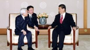 Le vice-président chinois Xi Jinping (à droite) en compagnie de l'empereur japonais Akihito, le 15 décembre 2009.