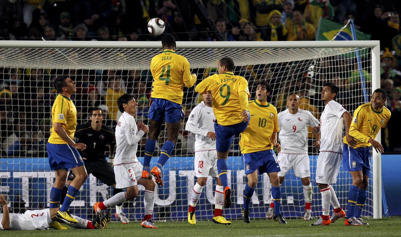Le Brésilien Juan ouvre la marque contre le Chili.