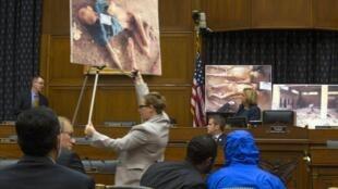 César, au centre, capuche bleue sur la tête, lors d'une audition par la Chambre des représentants américaine.