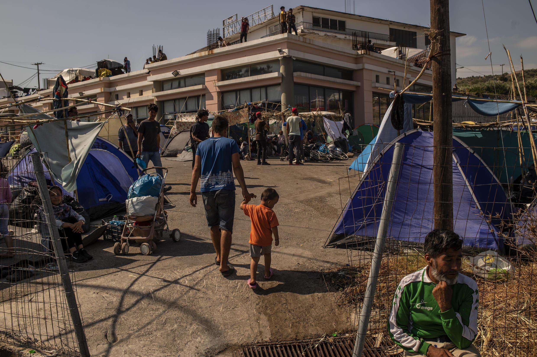 Migrantes entran en el nuevo campamento improvisado en la isla de Lesbos, Grecia, el 14 de septiembre de 2020