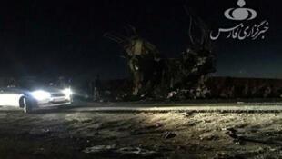 La agencia Fars difundió una foto de los restos del autobús en el lugar del ataque ocurrido este 13 de febrero de 2019.