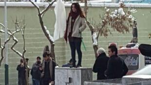 """یک مورد از اعتراضات خیابانی زنان به حجاب اجباری، در چارچوب حرکتی که در ایران """"دختران میدان انقلاب"""" نام گرفته."""