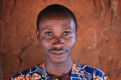 L'artiste béninois Kifouli Dossou, lauréat du premier prix Orisha pour l'art contemporain africain.