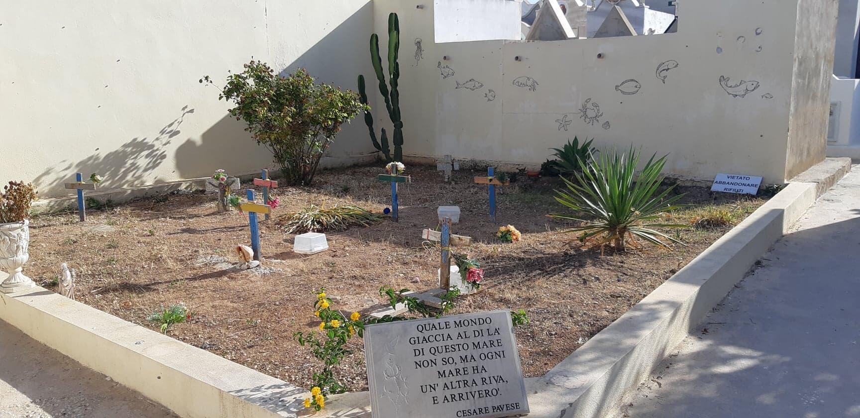 Des croix faites à partir de débris de barques indiquent la présence de migrants morts noyés en tentant de rejoindre l'Europe, au cimetière de Lampedusa.
