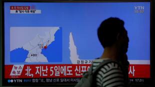 Đài truyền hình Hàn Quốc đưa tin về vụ thử tên lửa thất bại ở Bắc Triều Tiên, ngày 16/04/2017.