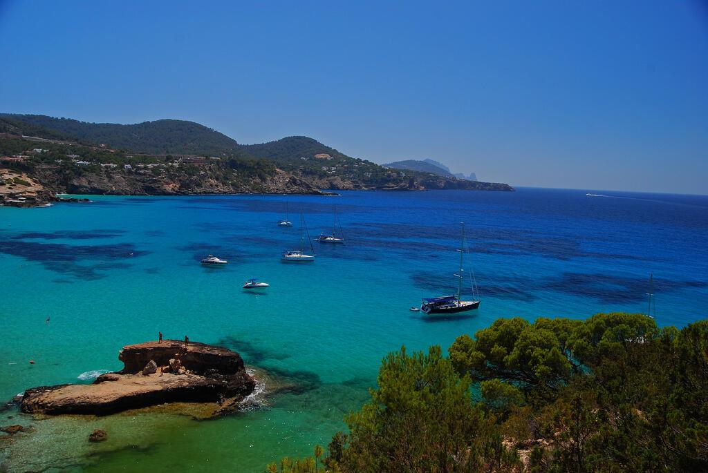 Ilha de Ibiza é famosa pelas praias paradisíacas.