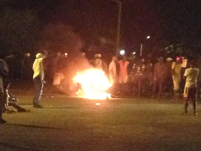 Manifestantes queimam pneus perto da CNE de Água Grande 9/10/2018