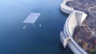 Plataforma fotovoltaica flutua em reservatório em Portugal.