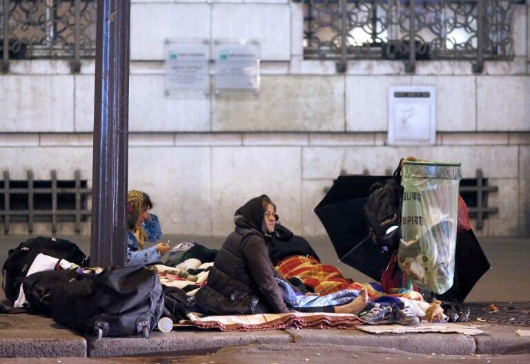 Des femmes dormant dans la rue, à Paris, le 28 octobre 2012.