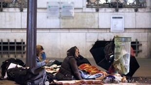 Onda de frio mata cinco sem-teto e preocupa o governo francês