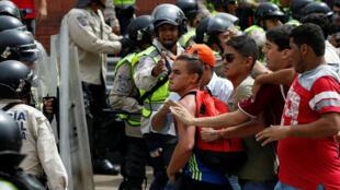 A polícia venezuelana entrou em confronto com manifestantes da oposição durante protesto nesta quarta-feira (18), em Caracas.