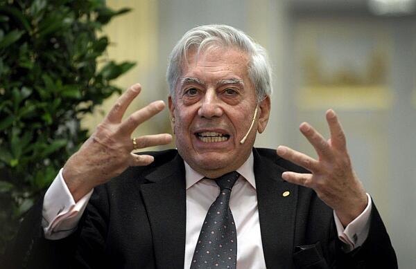"""El escritor Mario Vargas Llosa en el """"Borssalen"""", el viejo edificio de la Bolsa de Estocolmo, el 6 de diciembre de 2010."""