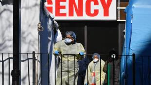 Profissionais de saúde no New York's Elmhurst Hospital Center, onde 13 pacientes com Covid-19 morreram em 24 horas