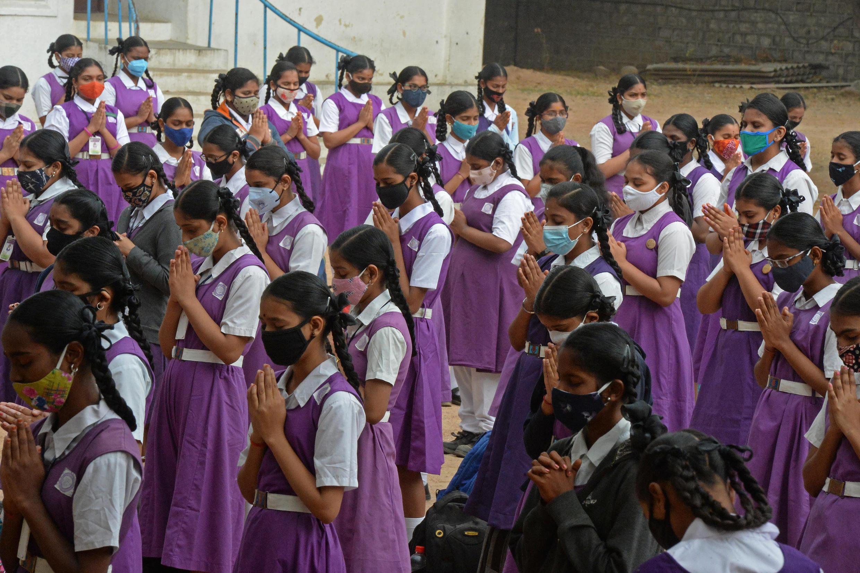 Estudiantes con mascarilla durante un rezo en la escuela, en Hyderabad, India, el 1 de febrero de 2021