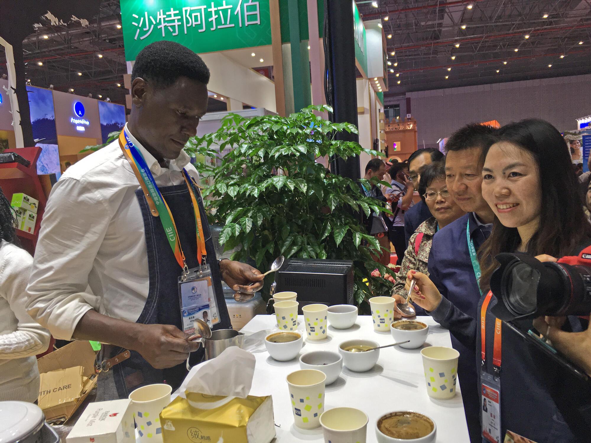 Dégustation de café sur le stand du Kenya, à la foire internationale chinoise de l'importation à Shangaï, en Chine le 6 novembre 2018.