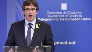 """کارلس پوجدمون، رئیس پیشین منطقه خودمختار کاتالونیا، روز شنبه بیست و هشتم ژوئیه، در بازگشت به بلژیک قول داد که از """"آرمان برحق ملت کاتالونیا"""" دفاع کند."""