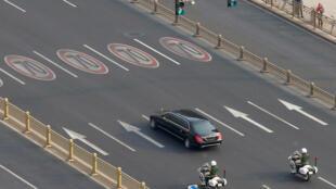 Chiếc xe được cho là chở lãnh đạo Bắc Triều Tiên Kim Jong Un trên đường phố Bắc Kinh, ngày 09/01/2019.