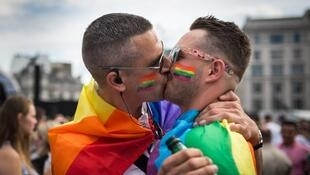 Casal se beija em Londres