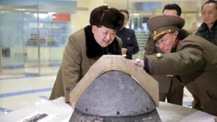 Lãnh đạo Bắc Triều Tiên Kim Jong Un xem xét một đầu đạn hạt nhân. Ảnh do KCNA đăng ngày 15/03/2016.