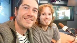 El guitarrista Andreas Arnold junto al percusionista Carlos Ronda en los estudios de RFI en París